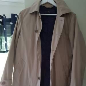 En kappa av märket Morris. Inköpt för 3200kr. Går även ta bort vadering (det blåa på bilden) om det skulle bli för varmt.
