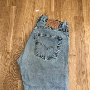 Levis 501 jeans  Strl 27  Söm på bakfickan har gått upp lite, plus litet hål vid fickan (se bild 3). Därav det låga priset.   Kan mötas i Stockholm alt frakta. (Köparen betalar frakt)  Endast swish.