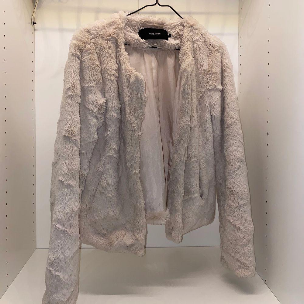 Säljer denna supermysiga fluffiga crémevita jackan från Vero Moda. Väldigt sparsamt använd💕💕 säljer för 180kr + frakt 🌸 . Jackor.
