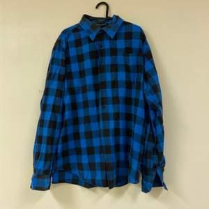 En blå skjorta jag ej använder längre. Använd kanske 1 gång av mig men köpt begagnad.💕