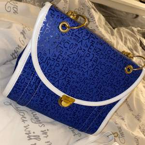 En jätte söt väska helt ny (axelband följer med)
