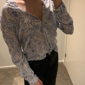 Fin blå och vit skjorta från Kappahl.