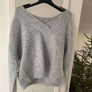En jättefin grå stickad tröja från ett märke som heter reserved. Om man tittar på nära håll är det lite glitter inblandat i det gråa. Den är v-ringad och om man vill kan man ha den lite off the shoulder 💞