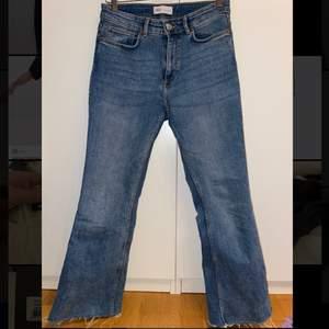 Ett par vida jeans i blå färg. Jag är 165cm lång och de slutar vid ankeln på mig. Använda ett fåtal gånger. De sitter tajt över höften och är vida längst ner. Nypris 500kr. Fraktkostnader tillkommer.