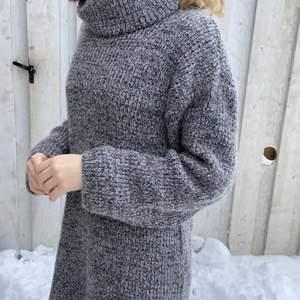 En grå stickad klänning från Madlady i storlek XS, men det sitter bra på mig som är S och ibland M, den är också stretchig så skulle säga att den passar M också, den är knappt använd och jag säljer för 120kr + frakt!