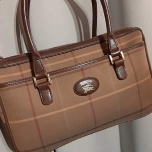 Äkta Burberry blaid vintage canvas handbag brown mått B28xD9xH18 cm.bra skick 8/10