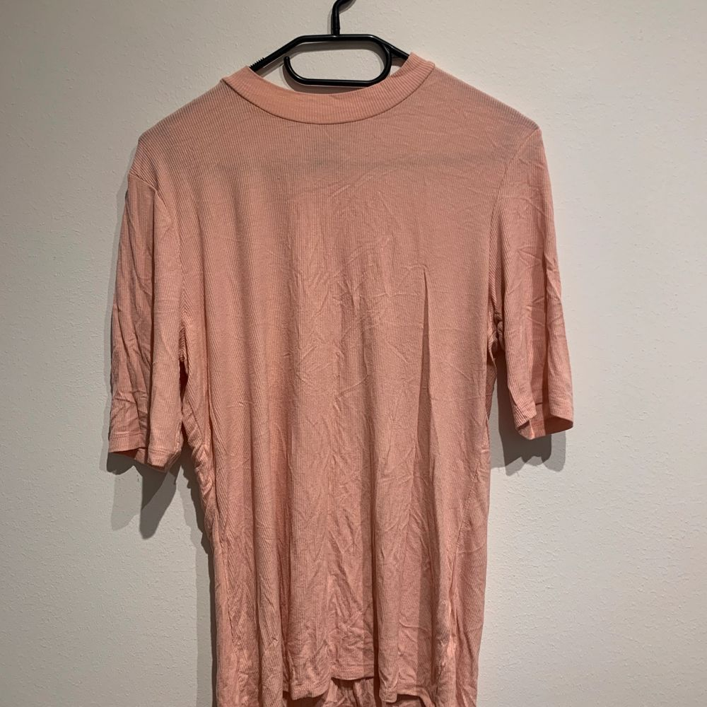 Size large, very stretchy and soft material with mid length sleeves and high collar. Bought second hand but never worn. . Skjortor.