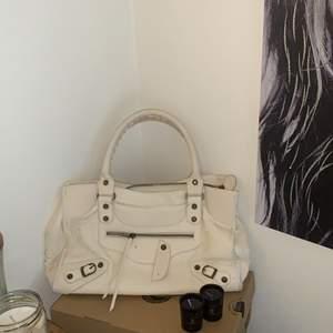 Säljer min älskade väska som är balenciaga citybag inspirerad! Så snygg men även praktisk! Saknar en stund men inget man tänker på💘💘💘