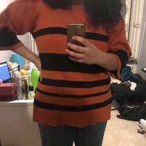 Randig orange/svart stickad tröja med två små slits vid sidan, men som inte längre kommer till användning. Bra skick!!! Storleken säger XS men skulle säga att den passar ända upp till L (beror på hur man vill att den ska sitta). Den är köpt från monki och där brukar tröjorna ofta vara oversized. 40kr