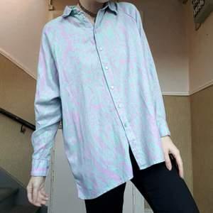gaaaalet snygg mönstad skjorta från asos jättefint mönster i pastelllila och turkost 😍 riktig 80s vibe!! väldigt sparsamt använd, fortfarande som ny storlek 36 men väldigt oversized 150kr inkl frakt!