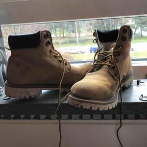 snygga moderna skor från everest. ganska använda men ändå i bra kvalitet:)