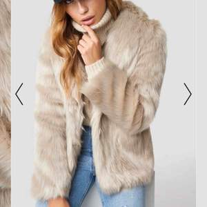 Säljer min mysigaste faux fur jacka från NAKD som kommer tyvärr inte till användning. Använd under 1 mån i vintras så i väldigt bra skick! . Säljs på hemsidan för 1099 kr. Ge gärna bud :) Skriv för frågor/fler bilder <3