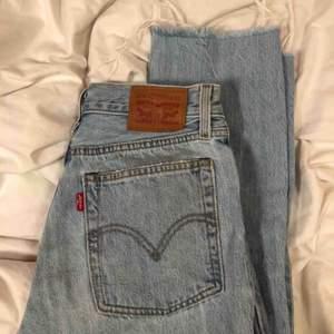 Ljusblå raka jeans från levis, strl 25. Slitningar i slutet av byxan