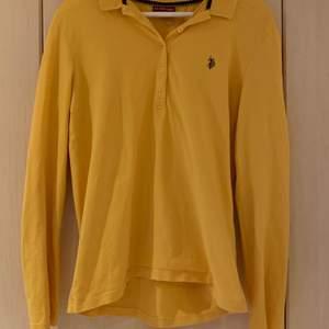 En skit snygg Polo Ralph lauren tröja i senapsgul färg💛I storlek XL men passar mig som är S/M (kom priv om ni vill ha bilder hur den sitter på)✨