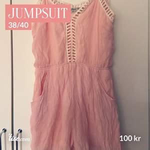 Jumpsuit. Oanvänd och prislapp kvar. Strl 38/40 🌟