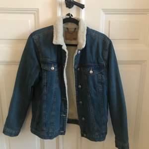 Säljer min fina jeansjacka med teddy-foder! Varm och go till både höst och vinter! Använd 3 ggr så är i princip så gott som ny. I strl M så man kan ha den oversized men även med hoodie under (bild 2).  Finns två bröstfickor men även två vanliga fickor vid sidan. Köparen står för ev. frakt!  Nypris: 500 :-