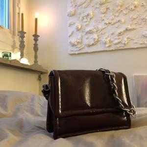 Mörkröd väska, använd 3 gånger! Köpt för ca 400kr!✨ Frakt ingår!💕.          (Sista bilden är lånad och visar endast hur väskan sitter på!)