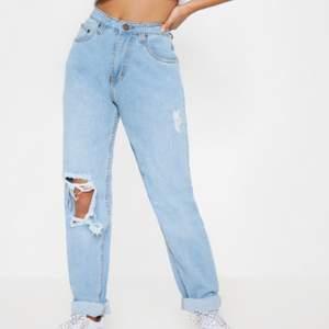 Superfina jeans som endast är använda 2 gånger🌸 Mjukt skönt material och i storlek 38 fast i Petite alltså för lite kortare personer, sitter bra på mig som är 160✨