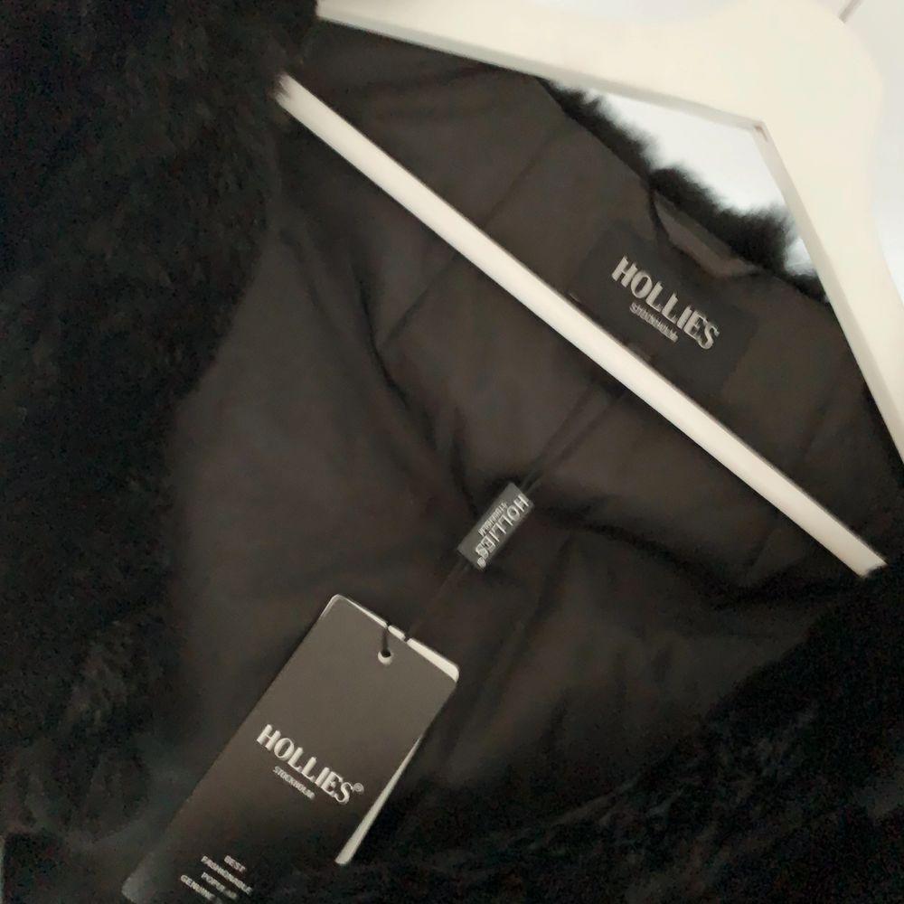 HELY NY (oanvänd) svart poncho från Hollies i äkta päls i ONESIZE (passar de flesta) • Kan mötas upp i Lund • Eventuell frakt betalas av köpare. Jackor.
