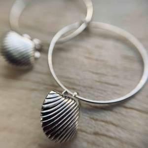 Somriga och snygga örhängen! Nickelfri metall, silverpläterad snäcka :) örhänget är 2,5 cm/diameter :)