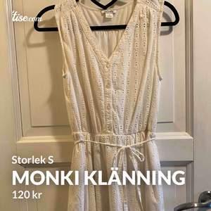 Super fin vit klänning från monki.  Fint skick🤩🥰