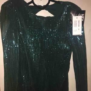 Helt ny glitter klänning med öppen rygg Storlek: s