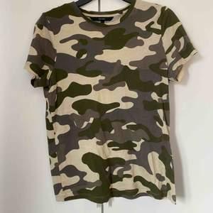 Kamouflage tröja från Vero Moda  Storlek M men passar också S Köpare står för frakt