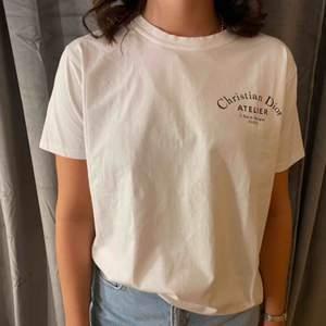 Säljer denna Christian Dior t-shirten, den är i mycket fint skick och använd endast fåtal gånger.☺️ Köpare står för frakt.🌸