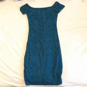 Superfin figurnära blå kortklänning slutar några cm ovan knäna. Material av bra kvalité. Bekväm och lätt att ta på.