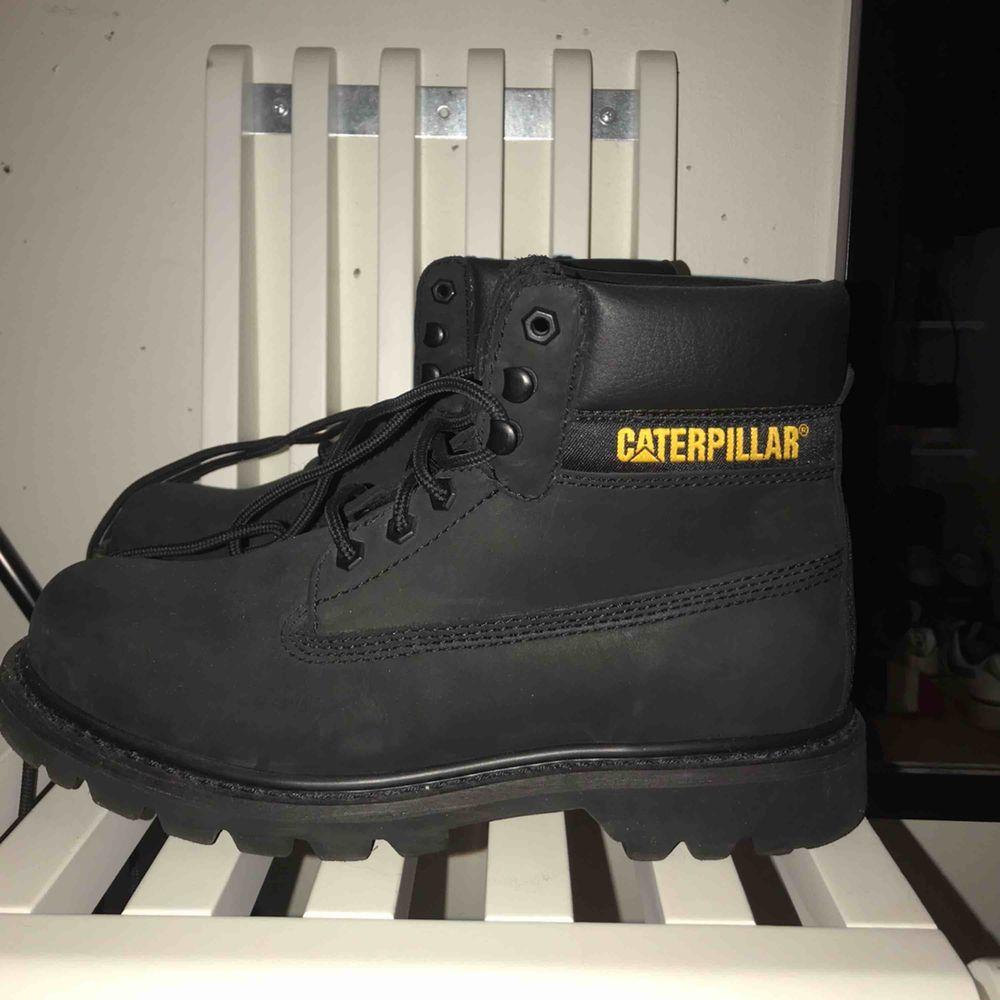 Svarta Caterpillar skor i bra skick, använd endast en gång. Storlek 41, passar både kvinnor och men. Pris kan diskuteras:). Skor.