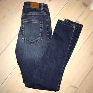 Sköna och snygga smala jeans från Urban outfitters! I medelblå tvätt och slim fit. Höga i midjan och sitter riktigt snyggt efter kroppen pga det mjuka materialet. De är har en croppad modell. Storlek 24 i midjan.
