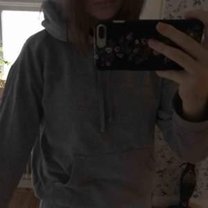 grå hoodie med stor luva, lite oversized, ficka på magen. köparen står för frakt! skriv om du har frågor ☺️