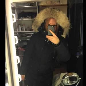 Svart jacka från Woolrich storlek S. Väldigt varm och går att ändra hur figursydd du vill ha jackan. Nypris: ca 5500. Pris kan diskuteras vid snabb affär