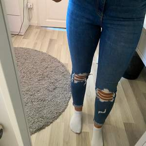 Säljer dessa nästan helt oanvända jeans ifrån Gina Tricot.