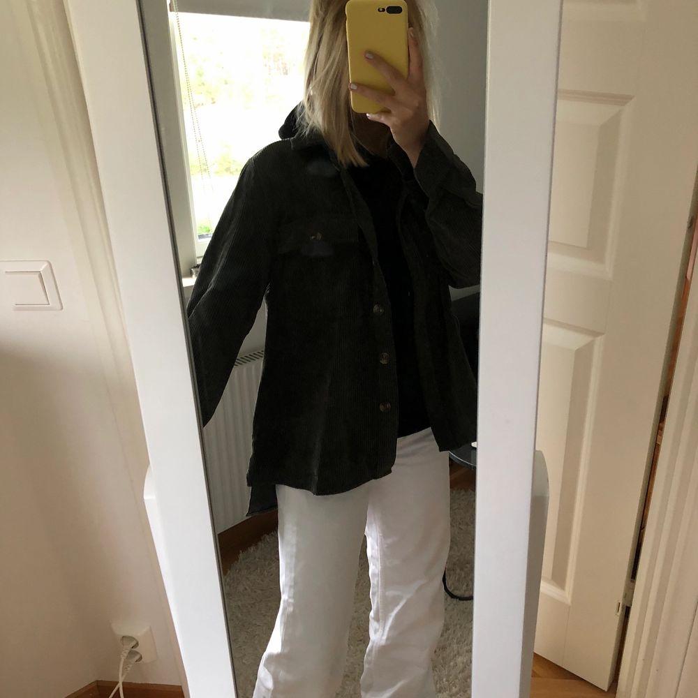 Säljer min mörkgröna tunna jacka i manchetser. Använd få gånger och är som ny. Storlek xs 180kr + frakt❤️. Jackor.