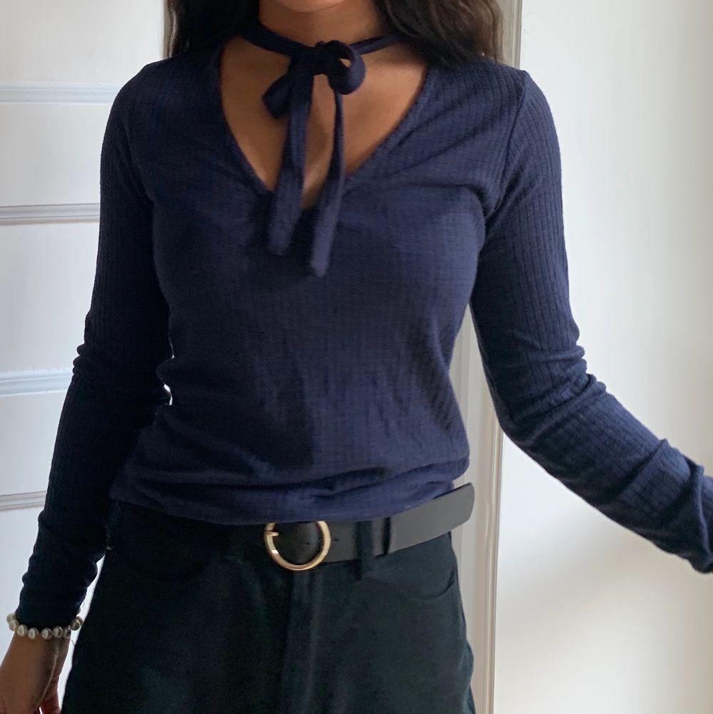 Superfin tröja från Bik Bok som tyvärr inte kommit till så mycket användning! Tröjan är mörkblå och storlek XS men den passar mig fint och jag är typ en S🥰 möts upp i gbg annars står köparen för frakten!🥰. Skjortor.