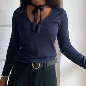 Superfin tröja från Bik Bok som tyvärr inte kommit till så mycket användning! Tröjan är mörkblå och storlek XS men den passar mig fint och jag är typ en S🥰 möts upp i gbg annars står köparen för frakten!🥰