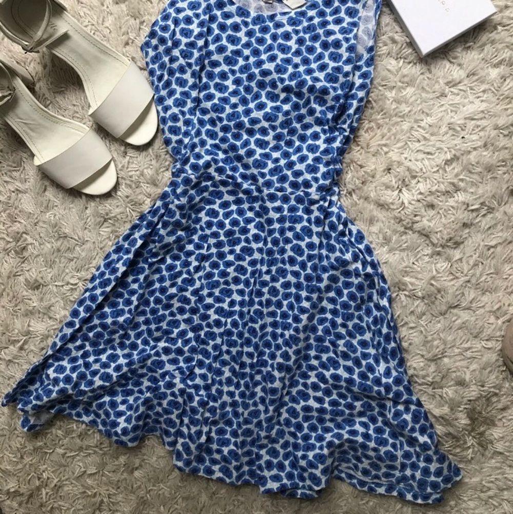 Vit blå blommig klänning. Från HM storlek 158-164. Använd nån gång så i bra skick. Klänningar.