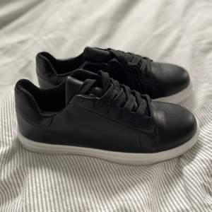 Helt oanvända svarta skor! 🖤 små i storlek så passar 38