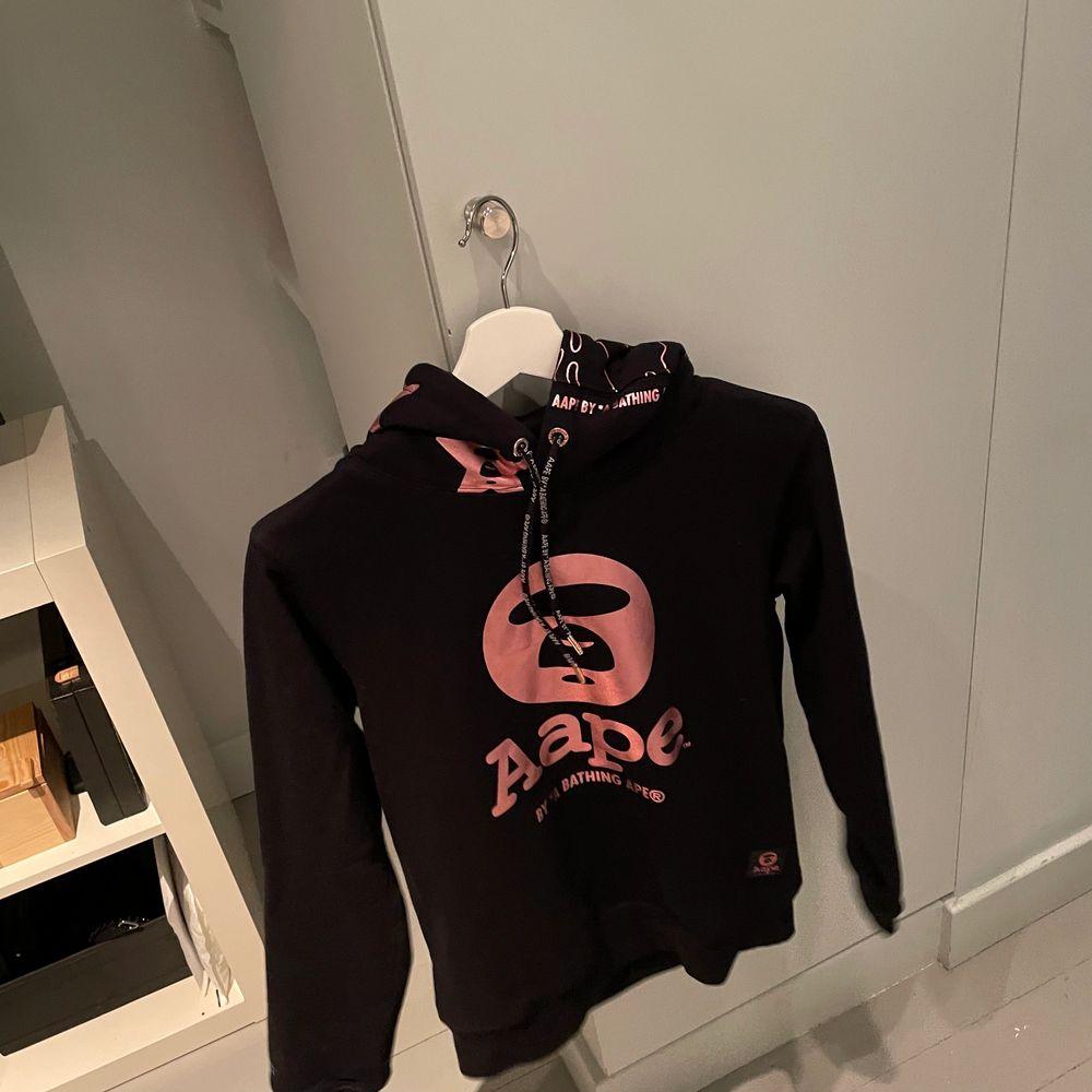 By A Bathing Aape hoodie. Så cool o snygg🤩 äkta 450+frakt💘. Huvtröjor & Träningströjor.
