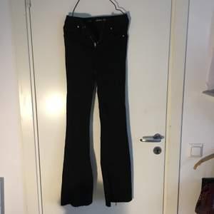 Högmidjade bootcut jeans. Storlek xs, säljer för att de är för små. Köparen står för frakten (66kr apårbart). 💕✨