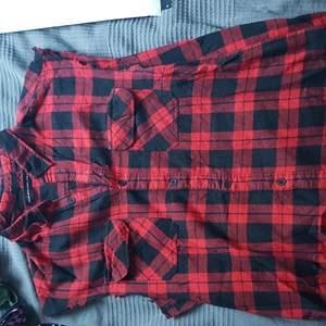 Ett linne som är som en vanlig skjorta med flanell-mönster. Använd cirka 2 gånger så nyskick, köpt för 50kr så säljer för 60kr inklusive frakt!