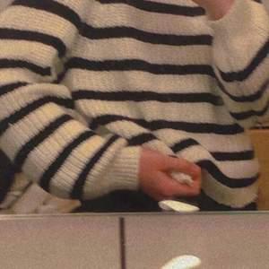 En tröja från monki, storlek xs, har inte andvänt så mycket, bud startar på 90 original pris 200