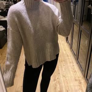Supermjuk och härlig tröja med slits ❤️ nopprig men lätt att ta bort med rakhyvel!