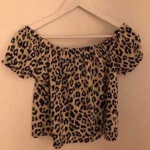 Superfin blus från Gina tricot i leopardmönster. Passar tyvärr inte mig längre, tröjan är superfin till kjol eller jeans bland annat!