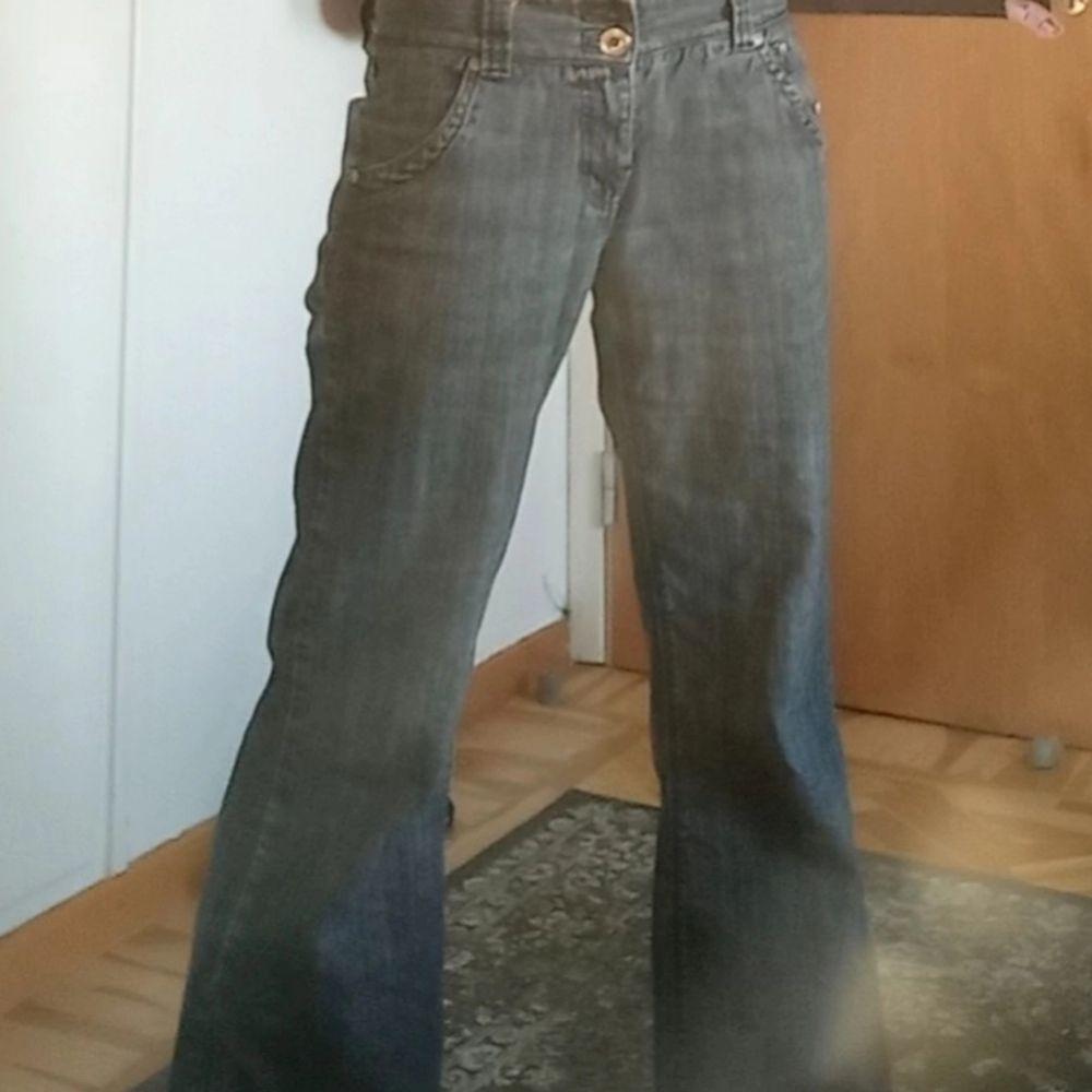 Ett par svin snygga jeans som är köpta på plick. Saknar en knapp men är annars helt hela💝. Jeans & Byxor.