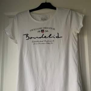 En fin vit bondelid tröja men tryck framtill. Den är i fint skick dvs inte använd särkilt mycket!