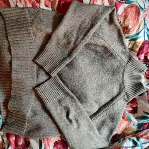 Grå stickad tröja från HM, väldigt lite använd! Säljer ut allt nu för 20-30kr styck! Kolla in min profil!🤩✨🌸