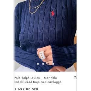 Jag säljer nu min kabelstickade sweater i marinblått från Ralph Lauren❄️ Den är använd endast ca 3 gånger och därav är den som ny💙 Storleken är ca men tröjan sitter bra på mig som är xs/s❄️ Den är köpt för 1699kr och därför kommer jag nu att sälja den för endast 1200kr! Skriv privat till mig om du är intresserad💙