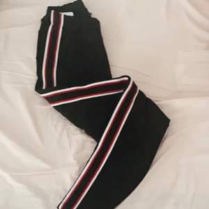 Jatte fin byxor 😍 i röd och vit fläckar i sidan, då den inte har kommit till andvändning mer än 2 ggr💖 priset kan diskuteras vid snabb affär 😀